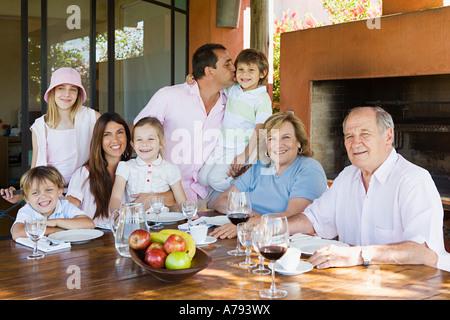 Drei-Generationen-Familie am Esstisch - Stockfoto