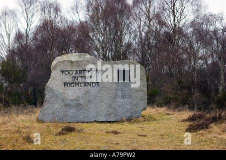 Sie sind nun in den Highlands. Schottland Granit Grenzmarkierungen, Royal Deeside, Schottland, UK - Stockfoto
