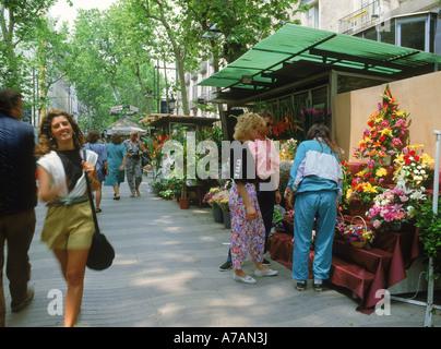 Blumen und Menschen auf den Ramblas in Barcelona. Katalonien. Spanien - Stockfoto