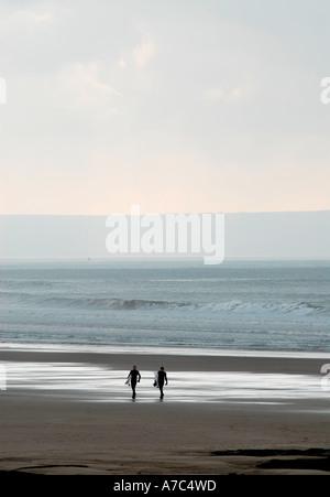 Zwei Surfer Silhouette Strand entlang spazieren - Stockfoto