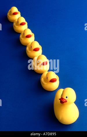 Gummienten in Zeile - Stockfoto