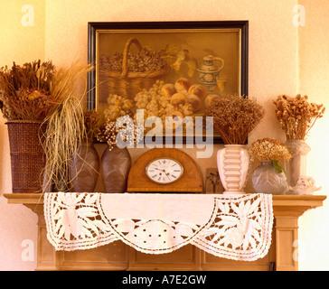 ... Nahaufnahme Von Vintage Bild Oben Vasen Mit Getrockneten Blumen Und Holz  Gerahmte Clock Auf Kaminsims Mit