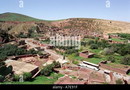 Einer der vielen kleinen Dörfer unter dem Atlas-Gebirge in Marokko Nordafrika - Stockfoto