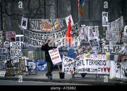 Anti-Irak-Krieg verhaftet Protest im Jahr 2003 außerhalb Parlament des Vereinigten Königreichs durch Frieden Demonstrant - Stockfoto