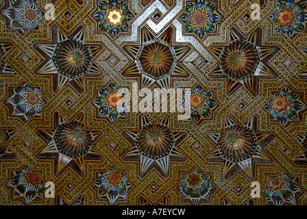 Bildenden Künste bunte Dekoration von einer Holzdecke in Moschee Hassan II Casablanca Marokko - Stockfoto