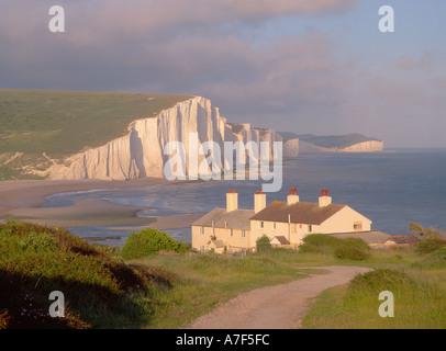 Sieben Schwestern Klippen und Coastguard Cottages in Seaford East Sussex England UK - Stockfoto