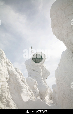 Schnee bedeckte Satellitenschüssel Kommunikation Schnee Monster vereisten Bäumen Verwaltungssitz Berg Aomori Tohoku - Stockfoto