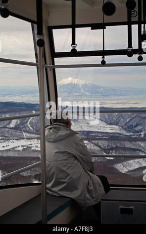 Mann reitet Seilbahn Gondel Seilbahn Verwaltungssitz Berg Aomori Skifahren Snowboarden Wintersport Tourismus Schnee - Stockfoto