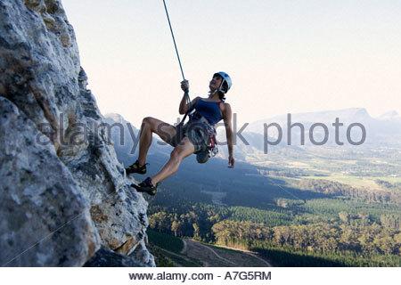 Abseilen Ohne Klettergurt : Weiblichen rock climber mit sicherungsseil und klettergurt auf eine