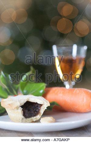 Ein Mince Pie für Weihnachtsmann und eine Karotte für Rudolf - Stockfoto