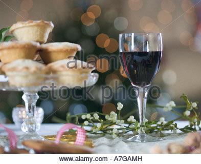 Mince Pies und Rotwein - Stockfoto