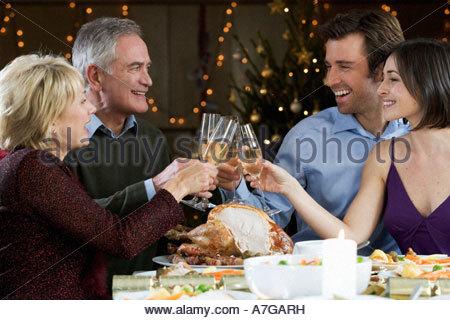 Eine Familie feiert Weihnachten mit einem Glas Champagner - Stockfoto