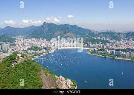 Eine Luftaufnahme von Rio De Janeiro von der Spitze der Zuckerhut, die Darstellung der Botafogo Bereich und die - Stockfoto