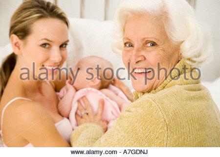 Eine Großmutter Gruß ihr neues Enkelkind nach der Geburt - Stockfoto