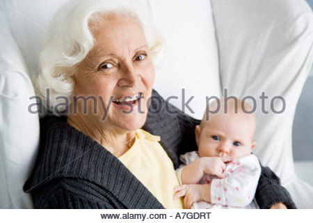 Eine Großmutter mit ihrem neuen Enkelkind - Stockfoto