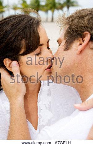 Ein paar küssen am Strand - Stockfoto