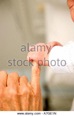 Ein Baby-Hand, die hält ihre Großeltern finger - Stockfoto