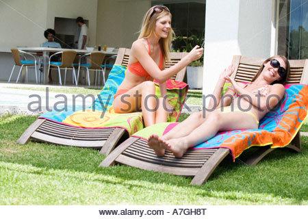 Zwei Mädchen im Teenageralter Sonnenbaden - Stockfoto