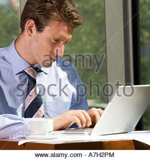Ein Geschäftsmann arbeitet an einem Laptop-computer - Stockfoto