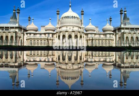 Brightons Royal Pavilion spiegelt sich in einem Zierteich im Garten - Stockfoto