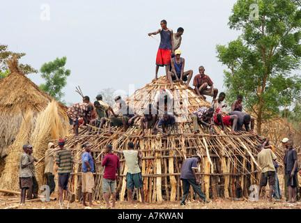 Perfect ... Äthiopien   Traditionelles Dorf Beherbergt Alle Nachbarn Hilfe In Den  Bau Eines Holzhauses   Stockfoto
