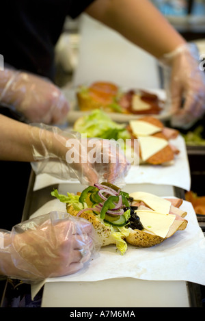 Sandwiches vorbereitet in ein Fast Food-Kette in Birmingham UK - Stockfoto