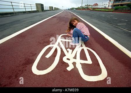 Nahaufnahme von einem Radweg Zeichen mit einer Frau, die vorgibt, mit dem Fahrrad zu sitzen - Stockfoto