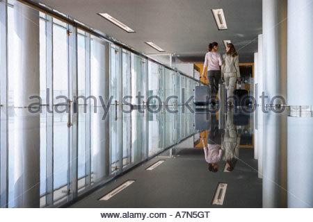 Zwei Frauen gehen in High Heels Stockfoto, Bild: 311025839