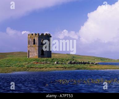Scolpaig Tower und Loch, North Uist, Western Isles, Schottland, Vereinigtes Königreich. Eine Torheit des 19. Jahrhunderts - Stockfoto