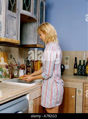 flache Innenküche Schrank Schränke Frau Mädchen 25 30 junge blonde ...