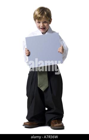 Kleiner Junge gekleidet als Führungskraft mit leere Zeichen - Stockfoto
