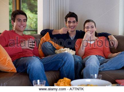 Drei Teenager Freunden vor dem Fernseher - Stockfoto