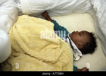 sechs Monate altes Baby in eine Krippe auf dem Rücken schlafen. - Stockfoto