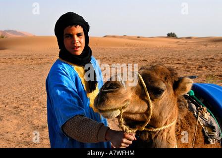 Tuareg-junge mit Kamel in der Wüste Erg Chebbi Merzouga, Marokko - Stockfoto