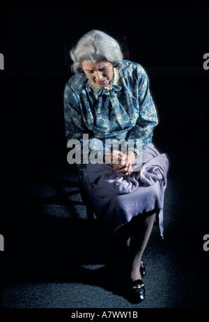 depressiv einsame ältere Frau durch Fenster verschwenden Abfälle zerstreuen verwüsten Missbrauch entweihen verwüsten - Stockfoto