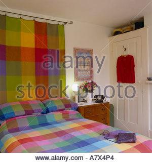 Schlafzimmer mit farbigen Bettdecke und hängende farbige Decke - Stockfoto