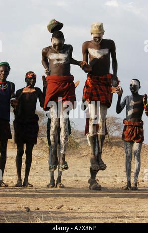 Äthiopien, Omo River Valley, Lokalyan Bereich der Nyangatom Menschen, Nyangatom Dorf Tanz, Männer springen, - Stockfoto