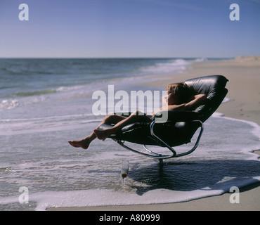 Junge 3, 4, 5, 6, 7, 8 Jahre alten kaukasischen, Ethnizität, sitzen im Sessel am Strand - Stockfoto
