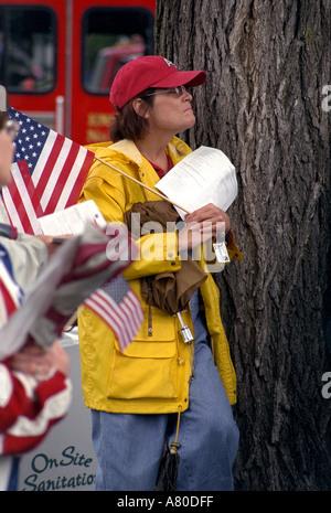 Emotionale Frau hält Flagge Minnesota erinnert sich Trauerfeier für die Opfer von 9/11 State Capitol. St Paul Minnesota - Stockfoto
