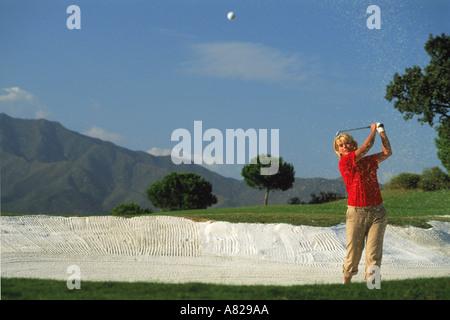 Frau Golfer aus Sandfang - Stockfoto