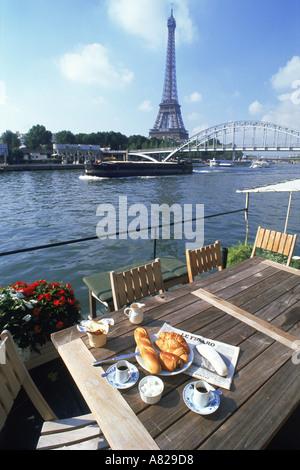 Morgenzeitung und Kaffee am Seineufer Hausboot mit Eiffelturm - Stockfoto
