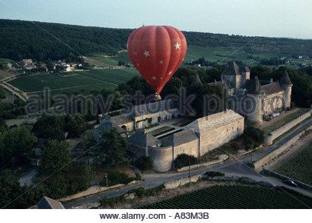Passagiere auf eine Kahnfahrt durch Burgund Frankreich nehmen einen Heißluftballon am frühen Morgen Flug über ein - Stockfoto