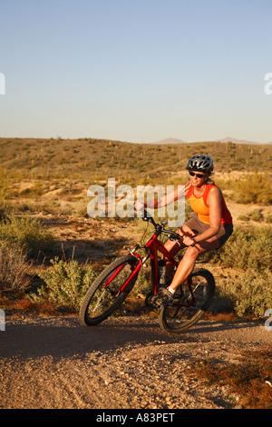 Mountainbiken auf den Competive Trails McDowell Mountain Regional Park in der Nähe von Fountain Hills östlich von - Stockfoto