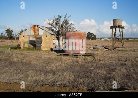 verfallene australische Scheune und Wassertanks in einem Bauernhof-paddock - Stockfoto