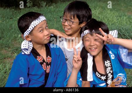 Drei lustige Jungs im Festival Kleidung Clownerie rund um für die Kamera - Stockfoto