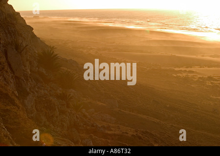 Die Sonne geht über einen Strand an der atlantischen Küste von Marokko - Stockfoto