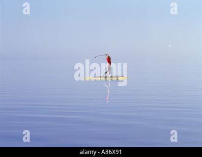 Frau Golfer schlagen Ball von winzigen Insel im Stockholmer Schären - Stockfoto