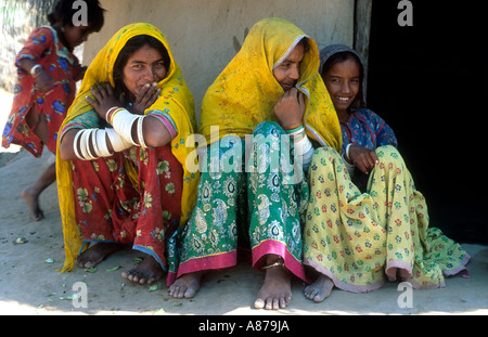 Porträt von drei Schwestern in farbenfrohem traditionellen Kleid in einem armen ländlichen Dorf in Thar Parkar, - Stockfoto