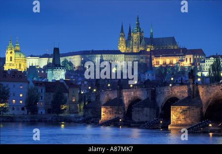 Die Karlsbrücke und Burgviertel bei Nacht Prag Tschechische Republik - Stockfoto