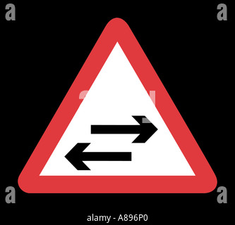 Zwei Verkehr Weg Straßenschild auf schwarzem Hintergrund - Stockfoto